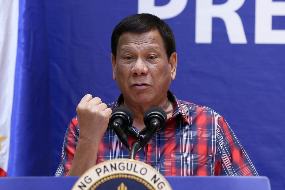 """Philippines dọa """"đuổi"""" quân đội Mỹ nếu không gửi hàng triệu liều vắc xin Covivd-19 - 1"""
