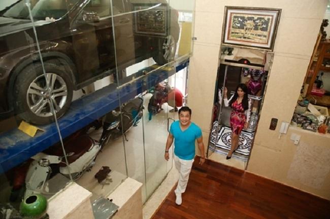 Đặc biệt, căn biệt thự không có hầm để xe, Lý Hùng đặt mua từ Mỹ cầu nâng xe đủ chỗ cho 2 xe hơi.Toàn bộ tầng 2 là không gian phòng ngủ của Lý Hùng, được thiết kế như khách sạn 5 sao với đầy đủ tiện nghi và nội thất sang trọng.