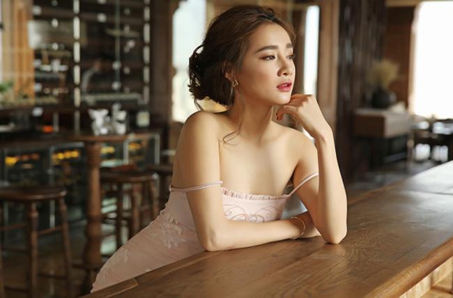 Bà xã Trường Giang buông lơi dây váy, tạo nên vẻ quyến rũ lôi cuốn.