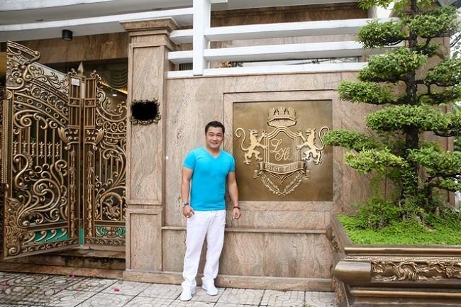 Hiện LýHùng và gia đình sống trong căn biệt thự có diện tích sàn 700 m2 ở quận Tân Bình, TP. HCM. Căn biệt thự gồm một trệt và 2 lầu, sân thượng, nằm ở nơi khu dân cư yên tĩnh,an lành, thoáng mát với đầy đủ sân vườn cây cối