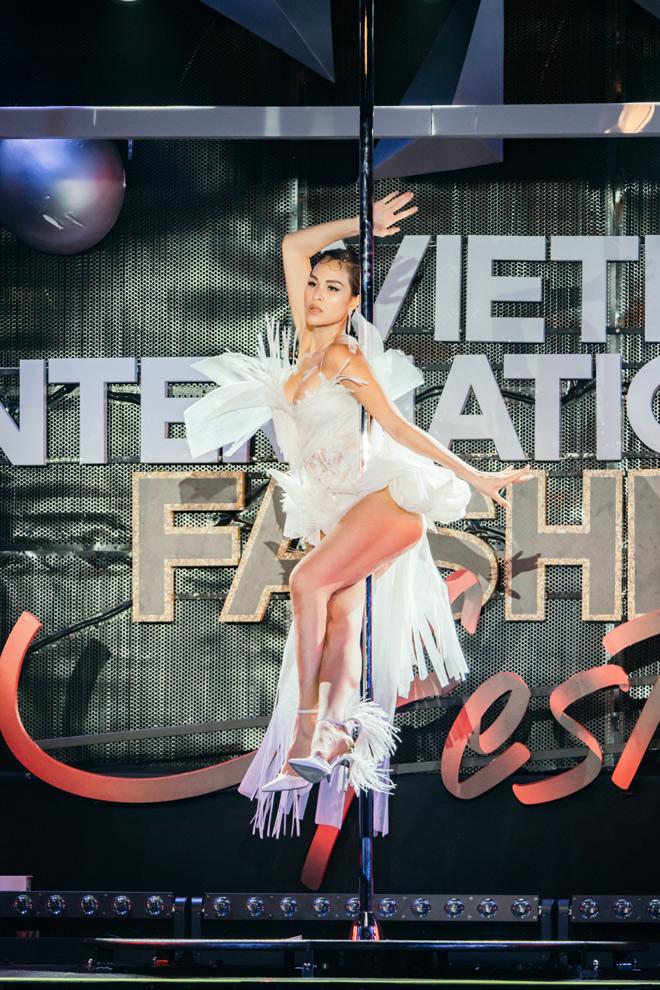 Nữ MC sexy nhất Vbiz o bế vòng một, múa cột ngay trên sân khấu - 1