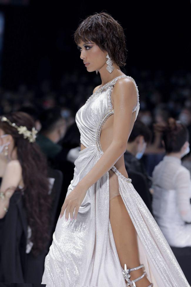 Ngoài Lễ hội thời trang thì Tuần lễ thời trang trước đó cũng là sàn diễn để nhiều chân dài khoác lên người bộ cánh táo bạo.