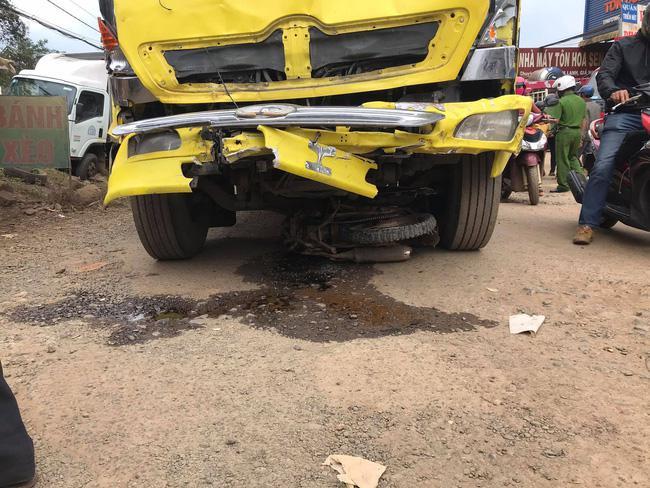 Xe tải mất lái đâm vào 5 xe ô tô đậu bên lề đường, 2 cô gái tử vong - 2