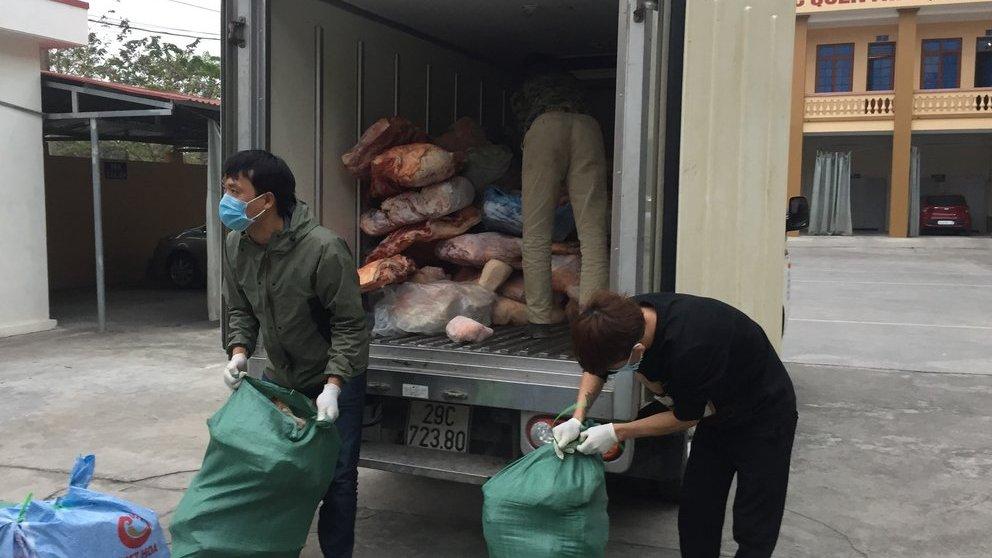 Ngăn chặn hơn 2 tấn thịt lợn bốc mùi đang được mang đi chào bán - 1