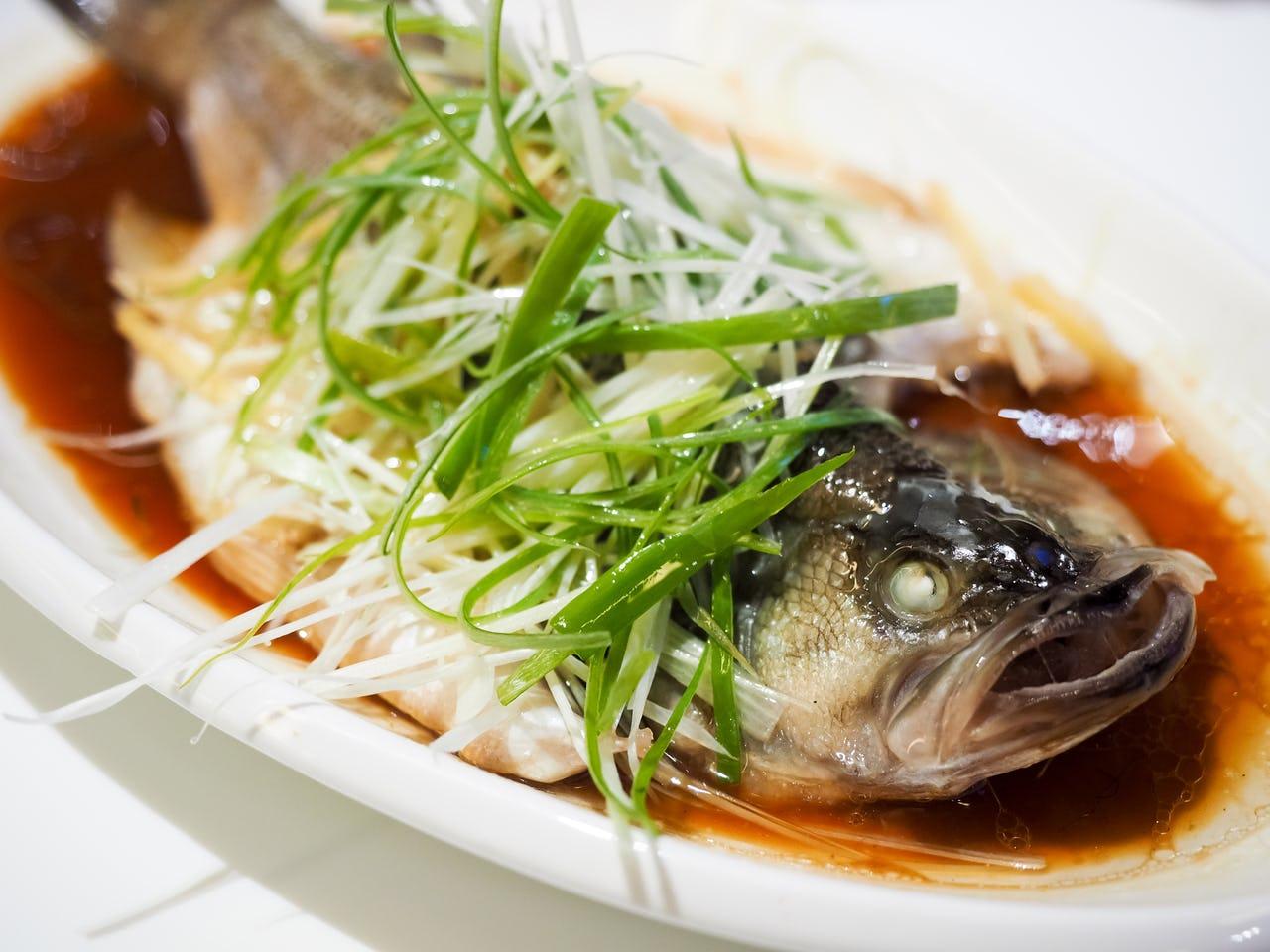 Tự tay làm món cá hấp tươi ngon, không tanh giúp bữa cơm đầu năm thêm hấp dẫn - 1
