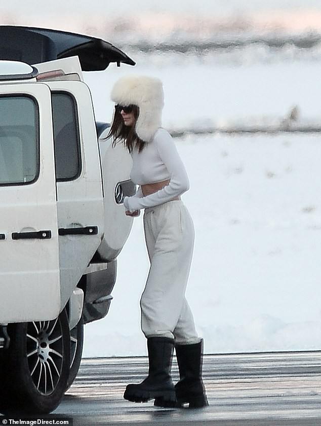 Kendall Jenner mặc 'quên nội y', mặc crop-top khoe eo thon bất chấp lạnh âm độ C - 3