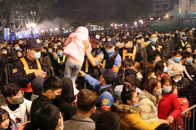 Cảnh sát giải cứu hàng chục người già, trẻ nhỏ khỏi đám đông xô đẩy trong tiệc âm nhạc Countdown chào năm mới 2021 - 5