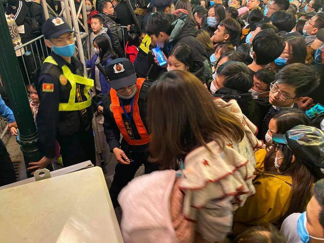 Cảnh sát giải cứu hàng chục người già, trẻ nhỏ khỏi đám đông xô đẩy trong tiệc âm nhạc Countdown chào năm mới 2021 - 9