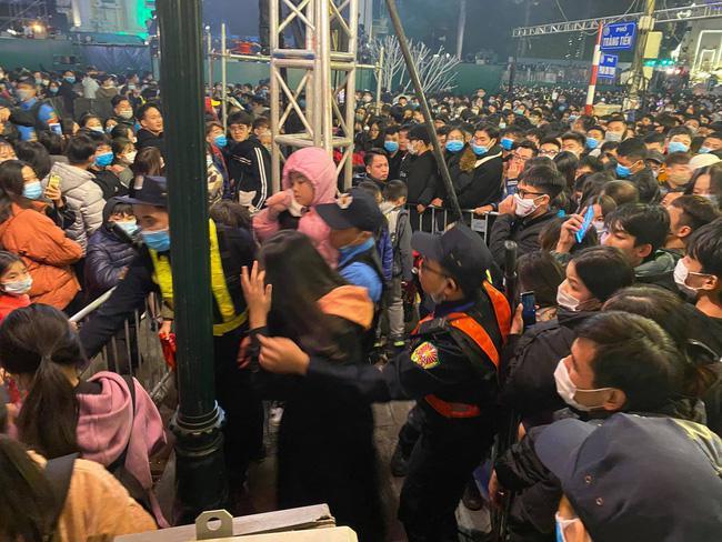 Cảnh sát giải cứu hàng chục người già, trẻ nhỏ khỏi đám đông xô đẩy trong tiệc âm nhạc Countdown chào năm mới 2021 - 6