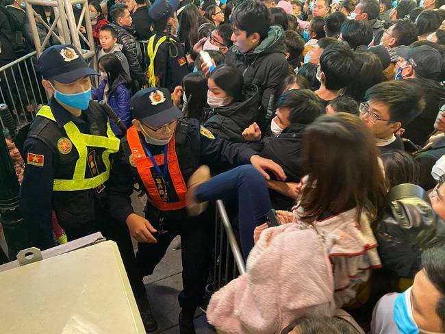 Cảnh sát giải cứu hàng chục người già, trẻ nhỏ khỏi đám đông xô đẩy trong tiệc âm nhạc Countdown chào năm mới 2021 - 7