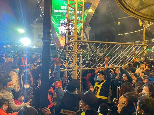 Cảnh sát giải cứu hàng chục người già, trẻ nhỏ khỏi đám đông xô đẩy trong tiệc âm nhạc Countdown chào năm mới 2021 - 11