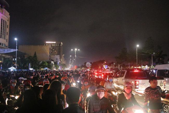 Đà Nẵng: Người dân đổ ra đường đón năm mới cùng kỳ vọng sớm đẩy lùi Covid-19 - 1