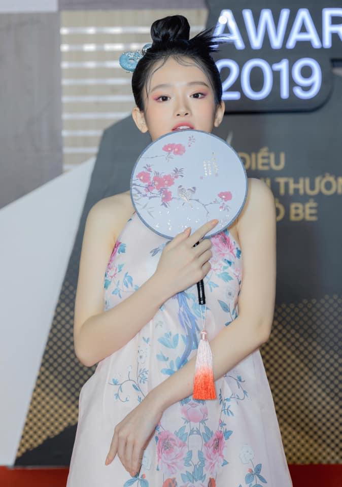 Linh Ka thu hút sự chú ý vào vòng 1 vì mặc váy lụa không nội y - 4