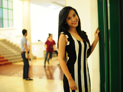 Á hậu Hoàng Oanh gợi cảm với váy bó - 1